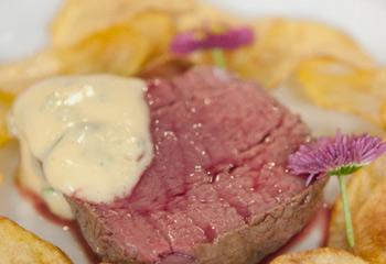Steak mit Sauce Bearnaise und knusprigen Kartoffeln