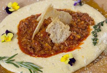 Bolognese von der Salsiccia mit Polenta und Parmesan