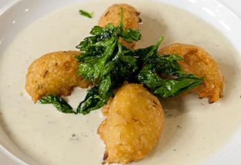Gebackene Sardellen-Kartoffelknöderln auf Käsecreme