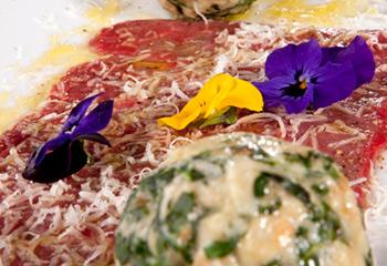Roh mariniertes Rinderfilet mit grünen Knödeln und Parmesan