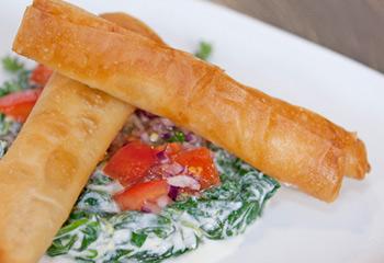 Knuspriger Lammstrudel mit Paradeiser-Spinat-Salat