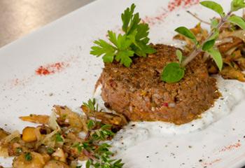 Gebratenes Beef Tatar mit sautierten Eierschwammerln und Kräutercreme