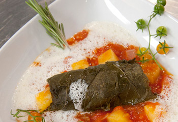 Kalbsfaschiertes im Weinblatt mit Kartoffel-Tomatensauce und Rosmarinschaum
