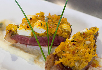 Rumpsteak in der Schafkäse-Kürbis-Kruste auf Kartoffel-Majoran-Creme