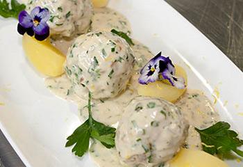Fleischknöderln in pikanter Sauce mit Salzkartoffeln