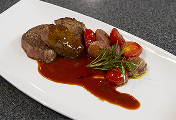 Rindersteak mit Rotweinsauce und geschmorten Zwiebeln