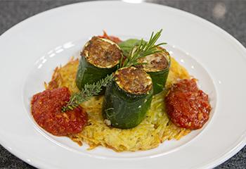 Gefüllte Zucchini auf Tomatensauce mit Rösti