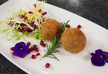 Gebackene Entenknödel auf lauwarmer Kartoffel-Marinade mit Bittersalat