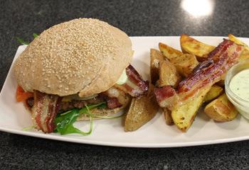 Hirschburger mit Potato Wedges