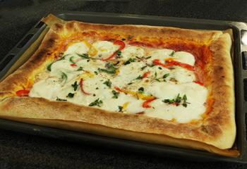 Pizza mit gefülltem Käserand