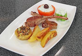 Lammkoteletts auf griechische Art mit gefüllten Pilzen, Tsatsiki und Rosmarinkartoffeln