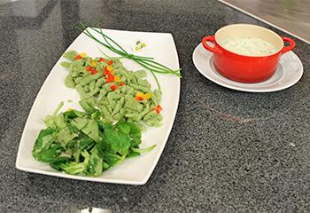 Spinatnockerln mit warmer Schnittlauchsauce und Vogerlsalat