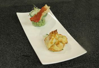 Kalte Avocadocreme mit getrocknetem Prosciutto an Rucola-Pinienkerne-Pesto-Blätterteigtaschen