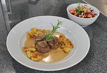 Rehnüsschen mit Kartoffelschmarren und Rotkrautsalat
