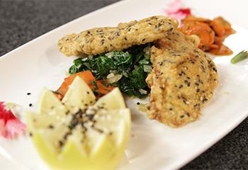 Kalbsfilet im Sesammantel auf glasierten Karotten und Blattspinat