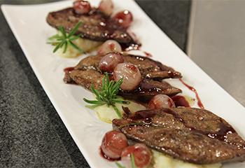 Gebratene Rehleber mit Wacholderpüree und karamellisierten Rotweinzwiebeln