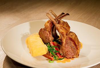 Lammrücken mit knusprigen Panisse, Sherryessig-Datteln und Mangold Foto: © ORF/Interspot