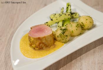 Curry-Lungenbraten mit Erdnussknöderl und Sesamgurke
