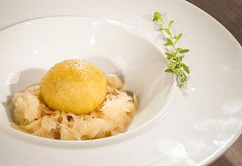 Grammelknödel mit Sauerkraut und Krautsalat Foto: © ORF/Interspot