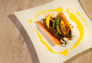 Lammrouladen und Süßkartoffeln mit Zitronenthymian und Aioli Foto: © ORF/Interspot