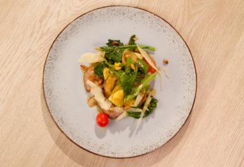 Kurz gegrilltes Lamm mit lauwarmen Gemüsesalat & Pinienkernen Foto: © ORF-Interspot