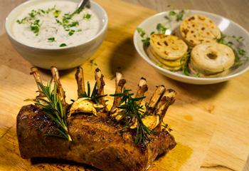 Lammkarree mit Joghurtsauce und Thymianflade Foto: © ORF-Interspot