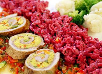 Schweinsrouladen mit Polentafülle, Rote Rüben-Spätzle und feinem Gemüse