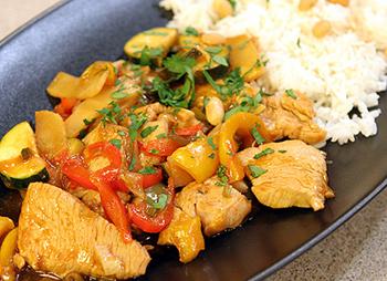 Wokgemüse mit Bambussprossen und Putenstreifen in süßsaurer Sauce