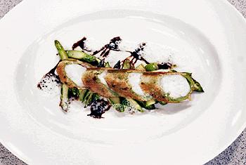 Kaninchenfilet im Brotmantel mit grünem Spargel und Balsamico