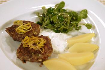 Zucchini-Fleisch-Burger mit frittiertem Lauch und kalter Kräutersauce