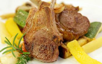 Gemüse aus dem Ofen mit Lammkoteletts