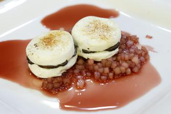 Geflämmter Trüffelziegenkäse mit Trüffel-Birnen-Essigsauce