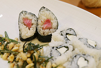 Maki gefüllt mit Lamm und Mozzarella, dazu Rosmarinpesto