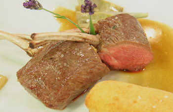 Lammkotelette mit Topinambur-Cromesqui; Lavendelglace und Artischocken