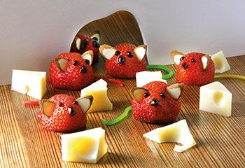 Freche Erdbeermäuse auf Käsejagd