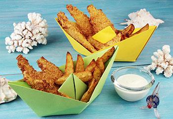 Fish & Chips im Papierboot mit Cornflakes-Panier und Joghurt-Dip