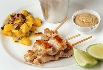 Hühnchen Saté mit Mangosalat und Erdnussdip