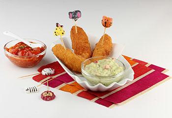Knusprige Mozzarellasticks mit Saucen zum Dippen