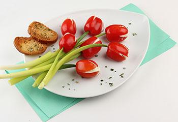 Paradeiser-Tulpen mit Frischkäse und Kräutern