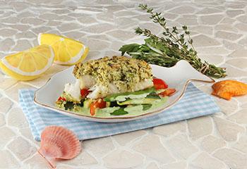 Knusperfisch mit frischem Gemüse und Kräutern