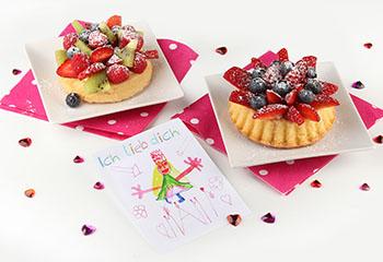 Muttertags-Törtchen mit frischem Obst und Vanillepudding