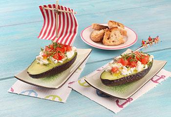 Avocado-Schiffchen gefüllt mir Paradeisern und Cottage Cheese