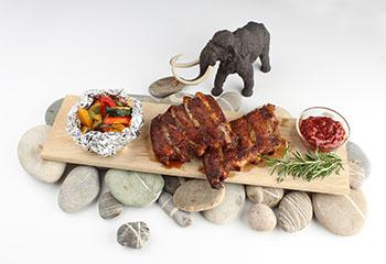 Steinzeitschmaus mit BBQ-Sauce und Ofengemüse
