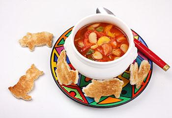 Bunte Bohnensuppe mit knusprigen Toasttierchen