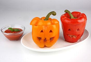 Gefüllte Paprikaköpfchen mit Tomatensauce