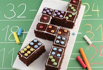 Schokoladiger Dominokuchen mit bunten Schokolinsen