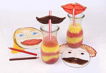 Mango-Erdbeer-Shake mit lustigen Strohhalm-Keksen