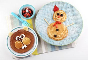 Süße Pancakes mit Marshmallows und Beeren