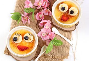Vanille-Creme mit Karamell und Obstgesichtern