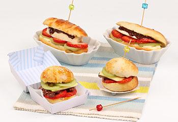 Fruchtige Burger und Hotdogs mit Vanillepudding